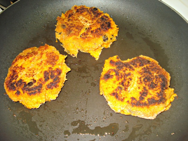 sweet potato burgers with spicy yogurt sauce